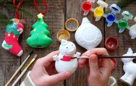 Je décore des suspensions pour le sapin - Activités de Noël - 10doigts.fr