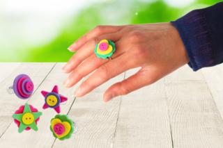 Bagues colorées avec des boutons - Activités enfantines - 10doigts.fr