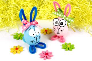 Lapins de Pâques avec des oeufs en polystyrène - Pâques - 10doigts.fr