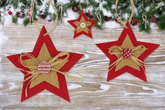 Etoiles de Noël en carton ondulé - Je décore des suspensions pour le sapin - 10doigts.fr