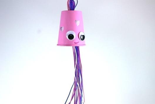 Fabriquer un mobile pieuvre avec un gobelet - Attrape-rêves, mobiles - 10doigts.fr