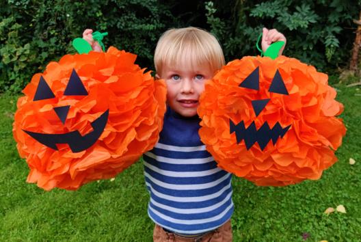 Citrouilles d'Halloween géantes en papier de soie - Tutos Halloween - 10doigts.fr