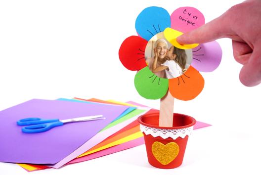 Fleur en papier avec des messages d'amour cachés - Tutos Fête des Mères - 10doigts.fr