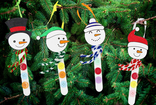 Bonhomme de neige avec des bâtons de glace - Petits bricolages - 10doigts.fr