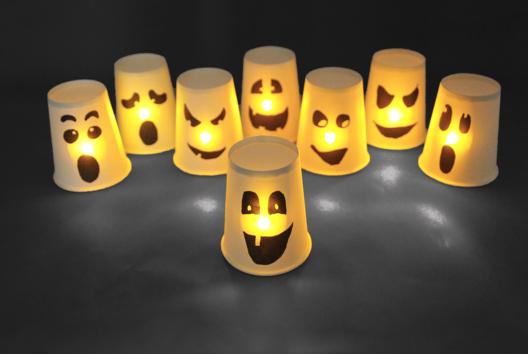 Fantômes lumineux avec des gobelets - Tutos Halloween - 10doigts.fr