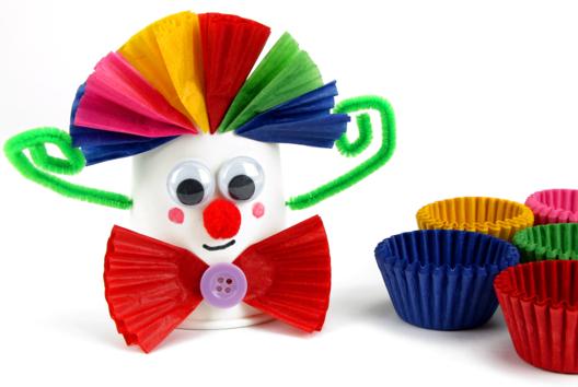 Clown avec un gobelet et des caissettes en papier - Tutos Carnaval - 10doigts.fr