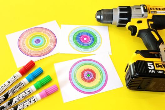 Dessiner des cercles colorés avec une visseuse - Tableaux - 10doigts.fr