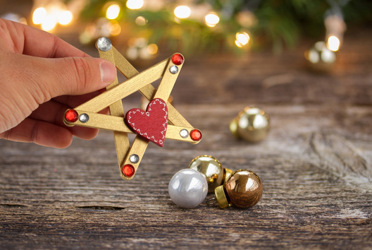 Etoiles de Noël avec des bâtons de glace - Je décore des suspensions pour le sapin - 10doigts.fr
