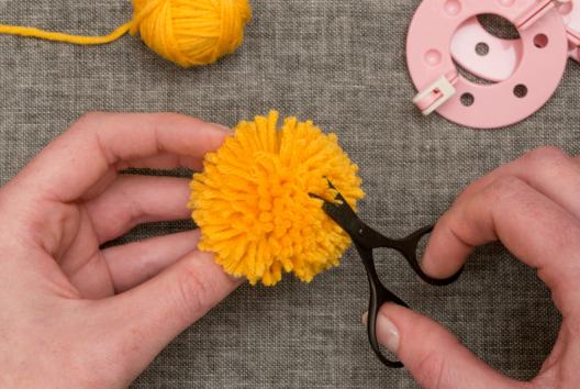 Fabriquer des pompons en laine - méthode FACILE - Laine, pompons - 10doigts.fr