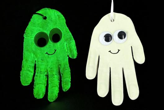 Fantôme phosphorescent et empreinte de main - Tutos Halloween - 10doigts.fr