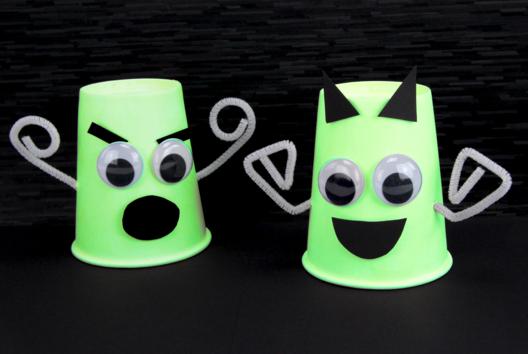 Fantômes phosphorescents avec des gobelets - Tutos Halloween - 10doigts.fr