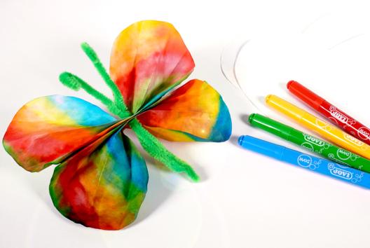 Papillons avec du papier diffuseur et des feutres - Collage et pliage papier - 10doigts.fr