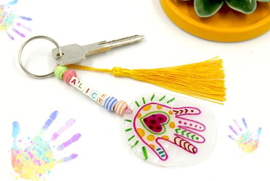 Porte-clés empreinte en plastique magique - Tutos Fête des Mères - 10doigts.fr