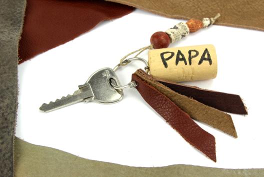 Porte-clés fête des pères - cuir et bouchon en liège - Tutos Fête des Pères - 10doigts.fr
