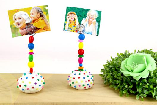 Porte-photo avec de la pâte à modeler et des perles en bois - Tutos Fête des Mères - 10doigts.fr