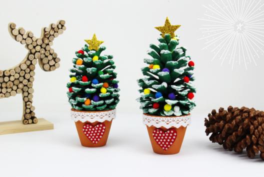 Sapin de Noël avec une pomme de pin - Je décore ma table de Noël - 10doigts.fr