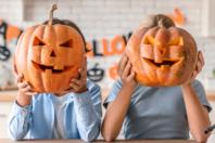 Creuser une citrouille pour Halloween - Activités enfantines - 10doigts.fr