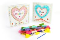 Kit Cartes coeur à broder - 12 cartes - Cartes et poèmes de fêtes - 10doigts.fr