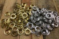 Œillets en métal assortis - Set de 200 - Attache-parisienne et oeillets - 10doigts.fr