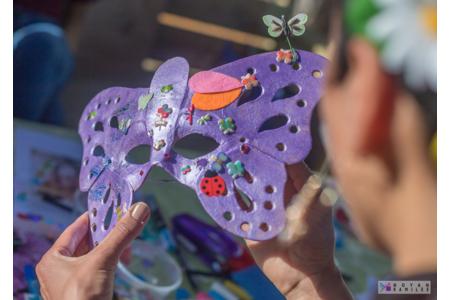 Masque papillon à base patinée et décorations 100 % printanières - Créations d'enfant - 10doigts.fr