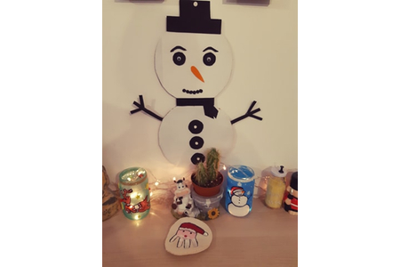 Bonhomme de neige crée avec de la recupération de carton nous en avons fait deux un noir et un rouge - Pâques, Noël - 10doigts.fr