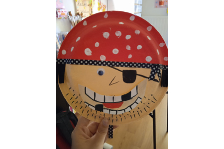 Création d'un pirate sur une assiette en carton avec le mouvement de la bouche - Peinture - 10doigts.fr