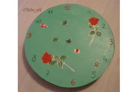 Horloge vert pâle avec roses rouges - Déco du bois - 10doigts.fr