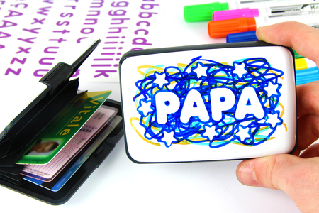 Porte-cartes (gribouillage artistique) - Tutos Fête des Pères – 10doigts.fr