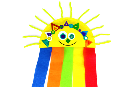 Soleil arc-en-ciel avec une assiette en carton - La météo – 10doigts.fr
