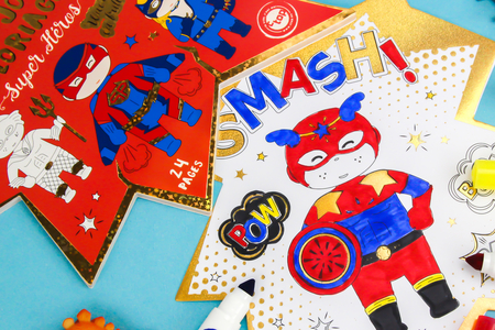 Cahier de coloriage Super héros - Supports pré-dessinés – 10doigts.fr