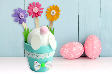 Popotin de lapin dans un pot de fleurs - Pâques – 10doigts.fr
