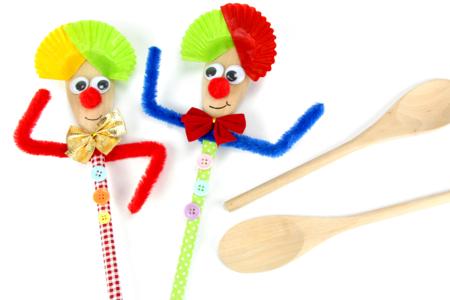 Marionnette clown avec une cuillère en bois - Carnaval, fêtes, masques – 10doigts.fr