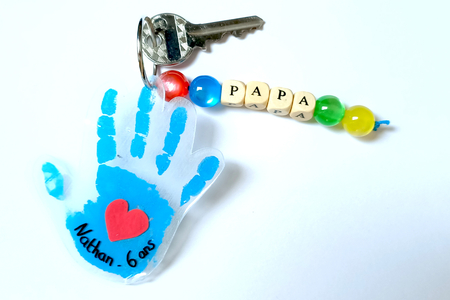 Porte-clés empreinte de main en plastique magique - Fête des Pères – 10doigts.fr