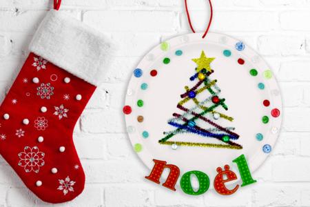 """Lettres """"Noël"""" en bois décoré rouges et vertes - Set de 8 lettres - Motifs peint – 10doigts.fr"""