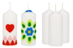 Bougies blanches décorées avec des plaques de cire