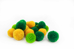 Pompons ronds jaune et vert - 20 pièces - Pompons – 10doigts.fr - 2