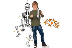 Squelette géant fluorescent la nuit et articulé