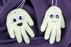 Fantôme phosphorescent et empreinte de main - Tutos Halloween – 10doigts.fr