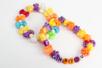 Perles en plastique coloré irisé - Couleurs assorties - Perles enfant – 10doigts.fr