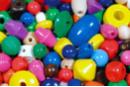 Perles en bois couleurs et formes assorties (1 à 2,5 cm) - Set de 500 perles - Perles en bois 04641 - 10doigts.fr