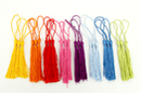 Long pompons colorés (3 x 8 couleurs) - 24 pompons - Rubans et cordons - 10doigts.fr