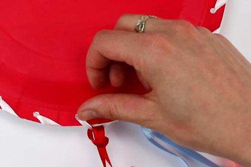 Porte-courrier avec des assiettes en carton